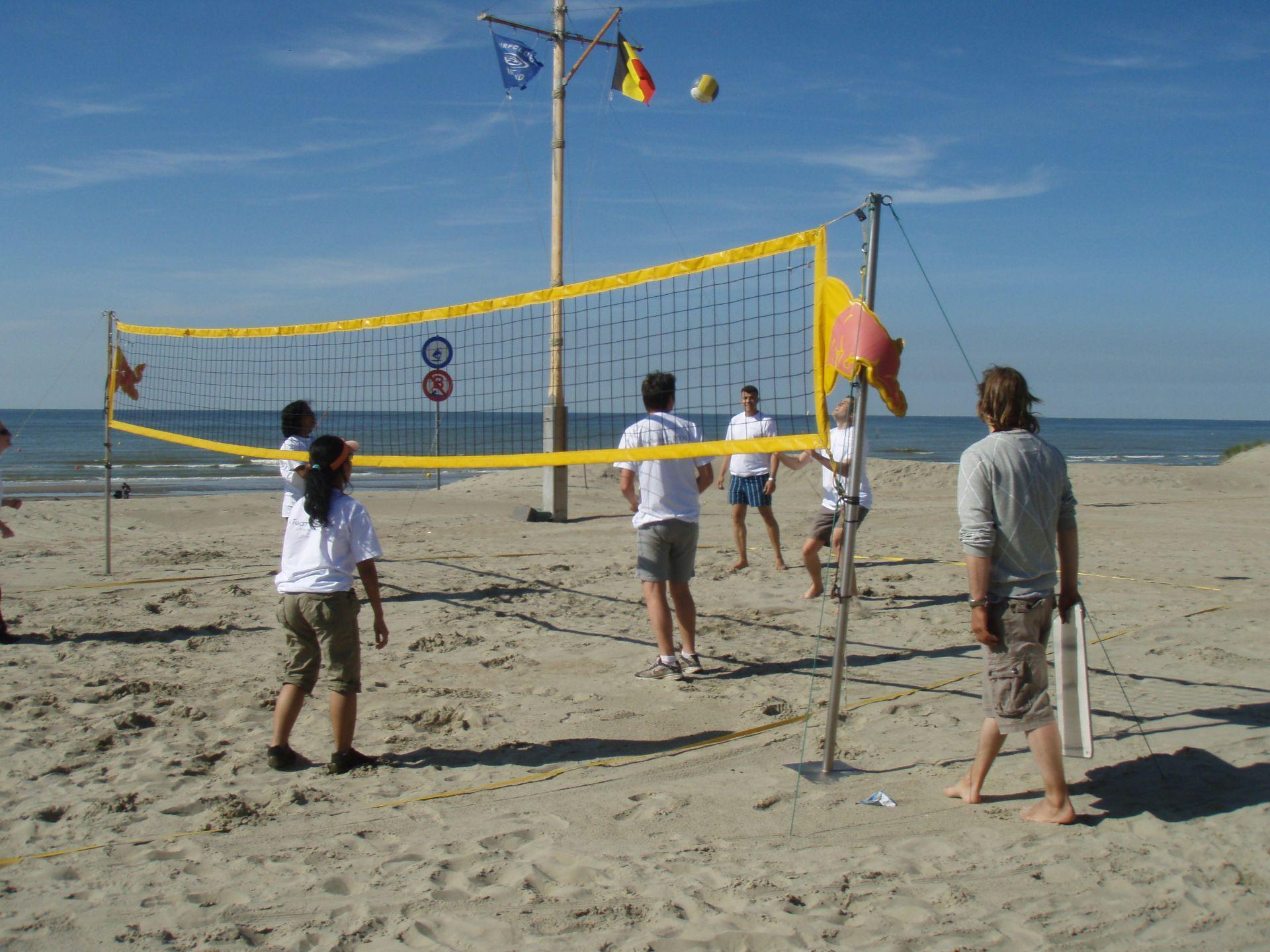 balspelen met de voeten in het zand